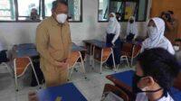 Wali Kota Tangerang Selatan Benyamin Davnie meninjau pelaksanaan Pembelajaran Tatap Muka (PTM) Terbatas hari pertama di SMPN 8 Tangsel, Senin (6/9/2021).